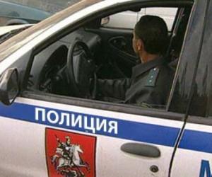 Пытаясь сбежать от жены, пьяный муж сбил полицейского и разбил две служебные машины