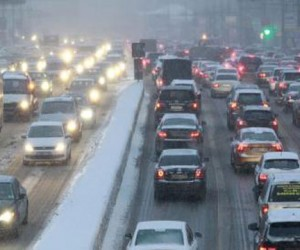Снегопад парализовал дороги Москвы