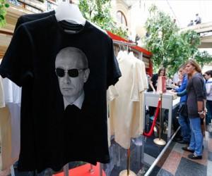 В ГУМе повысился спрос на футболки с изображением В. Путина