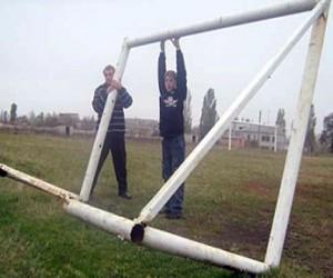 Ребёнка придавило футбольными воротами