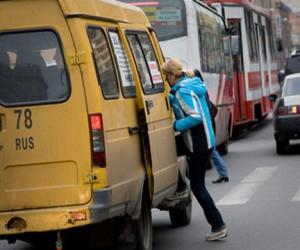 В Москве из маршрутки выпала женщина