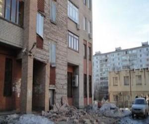 Облицовка здания повредила джип