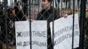 Московские зоозащитники заперлись в клетке с оленем